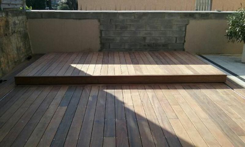 Piscine bois rectangulaire couverte par une terrasse bois coulissante